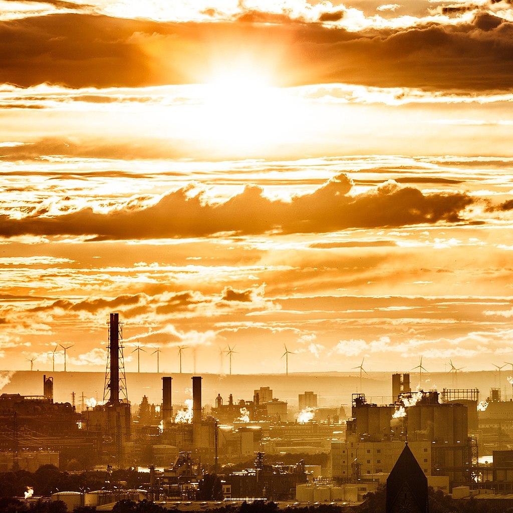 Goldankauf Mannheim - Die BASF Fabrik in der Goldige abendsonne